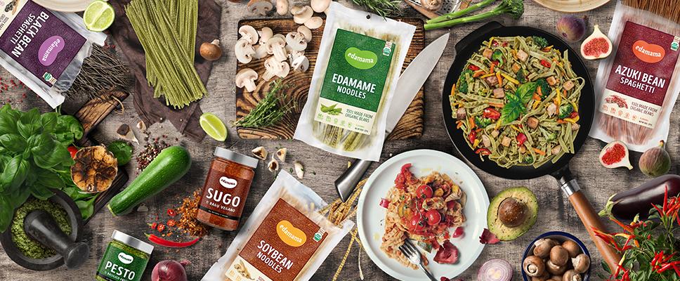 Edamama_Protein-Pasta-aus-Bohnen_Produkte-auf-einem-Tisch_Moodbild