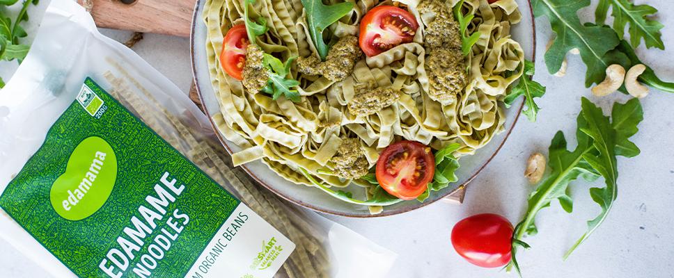 Edamama_Protein-Pasta-aus-Bohnen_Rezept_Edamame-Noodles-mit-Pesto-Rucola-Tomaten