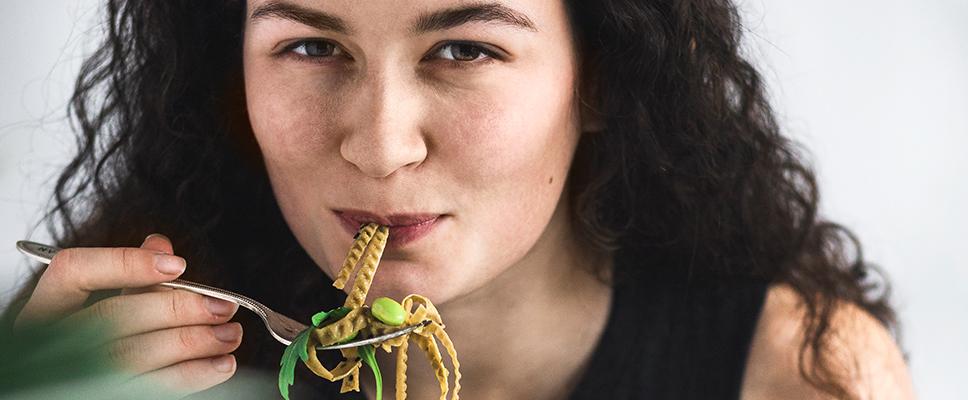Edamama_Protein-Pasta-aus-Bohnen_Frau-mit-Nudeln-auf-Gabel_Glutenfreier-und-veganer-Genuss